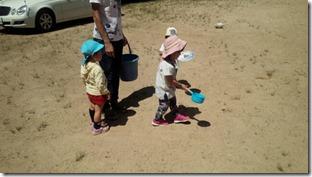 グランドの水まきのお手伝いをしてくれる小さな弟や妹たちです