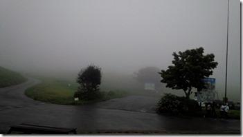 台風接近で高原は雲の中です